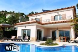 Villa Ojo Azul,Современнкая, элитная вилла  с частным бассейном  на 8 человек в Santa Cristina d'Aro, Catalunya, в Испании...