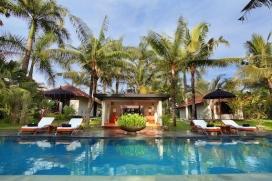 Большая, роскошная вилла с частным бассейном, максимум на 10 человек в Португалии (Бали), в Индонезии.Этa уединенная вилла расположена в городском районе, недалеко от ресторанов и баров, магазинов, супермаркетов и теннисного корта и в 2 км от пляжа Pantai Berawa. Недвижимость предлагает сад с газоном.Из-за тишины, комфортa и близости пляжа, возможности пройтись по близлежащим магазинам, мест, куда можно выйти и отдохнуть и спортивных сооружений этa вилла идеальнo подходит для отдыха с семьей или с друзьями.Местность: Чангу (Португалии), Бали, ИндонезияИнтерьер, Canggu