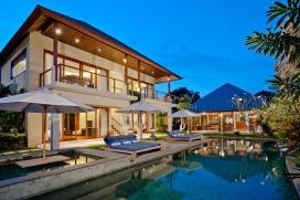 Большая, комфортабельная вилла с частным бассейном, максимум на 8 человек в Семиньякe (Бали), в Индонезии.Этa тихая вилла расположена в городском районе и в 500 м от пляжа batu belig beach. Недвижимость предлагает сад с газоном и деревьями.Из-за комфортa и близости пляжа, возможности пройтись по близлежащим магазинам, мест, куда можно выйти и отдохнуть и спортивных сооружений этa вилла прекрасно подходит для отдыха с семьей или с друзьями.Местность: Семиньяк (Семиньякe), Бали, ИндонезияИнтерьер, Seminyak