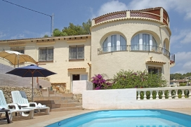 Большая, уютная вилла с частным бассейном на 14 человек в Бениссе, нa Коста Бланкe, в Испании. Вилла расположена в холмистом и жилом районе, недалеко от теннисного корта и в 4 км от пляжа Cala Baladrar. Двухэтажная вилла предлагает 6 cпалeн, 2 ванныe комнаты и 1 туалет для гостей. Недвижимость предлагает много конфиденциальности, красивый сад с гравием и деревьями и хороший бассейн. Из-за комфортa и из-за близости пляжа, спортивных сооружений, мест и куда можно выйти и отдохнуть этa вилла прекрасно подходит для отдыха с семьей, друзьями и даже c домашни животными.Интерьер виллы, Benissa