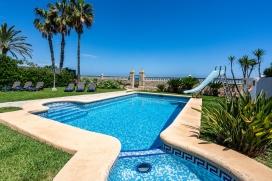 Вилла для отдыха на Коста Бланке в Испании максимум для6 человек.Уникальная вилла в Дении-Элс Поблетс (Denia-els Poblets), с прямым выходом на пляж Las Marinas. Только 5 домов с прямым доступом к пляжу в этом сегменте пляжа, делает эту виллу уникальной. Из гостиной вы можете выйти прямо в сад с бассейном, а оттуда через небольшую калитку прямо до пляжа. Вилла построена в 2 этажа и имеет фантастический вид на море, пляж и окружающие горы. В саду вы найдете зону барбекю что тоже позволит приятно проводить вечера прямо на берегу моря. Рестораны и бары находятся также рядом. До центра Дении всего около 15 минут езды на автомобиле.Вашем распаряжении будет вся вилла кроме 3 спальней и одной ванной комнаты., Denia