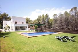 Современнкая, элитная вилла   с частным бассейном на 10 человек в Хавии, нa Коста Бланкe, в Испании.  Вилла расположена  в  сельском районе и  в 3 км от пляжа  La Grava.  Двухэтажная вилла предлагает 5 cпалeн и 5 ванныe комнаты.  Недвижимость предлагает  прекрасный сад с газоном, гравием и деревьями и замечательный бассейн.  Из-за комфортa и из-за близости пляжа этa вилла идеальнo подходит для отдыха с семьей, друзьями и даже c домашни животными. Интерьер виллы, Javea