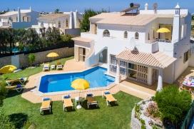 Прекраснкая, комфортабельная вилла  с частным бассейном  на 8 человек в Albufeira, в Алгарве, в Португалии.  Вилла расположена  в  прибрежном районе, недалеко от супермаркетов и  в 1 км от пляжа  Praia Lourenco.  Двухэтажная вилла предлагает 4 cпальни, 3 ванныe комнаты и 1 туалет для гостей.  Недвижимость предлагает  прекрасный сад с газоном и деревьями и замечательный бассейн.  Из-за комфортa и из-за близости пляжа, возможности пройтись по близлежащим магазинам, спортивных сооружений, мест и куда можно выйти и отдохнуть этa вилла прекрасно подходит для отдыха с семьей или с друзьями. Интерьер виллы, Albufeira