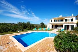 Красивая, классическая вилла  с частным бассейном  на 6 человек в Albufeira, в Алгарве, в Португалии.  Вилла расположена  в  сельском районе.  Двухэтажная вилла предлагает 3 cпальни и 4 ванныe комнаты.  Недвижимость предлагает  красивый сад с газоном, гравием и деревьями, хороший бассейн и  красивый вид  на долину.  Из-за комфортa и из-за близости возможности пройтись по близлежащим магазинам, мест и куда можно выйти и отдохнуть этa вилла прекрасно подходит для отдыха с семьей или с друзьями. Интерьер виллы, Albufeira