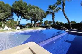 Villa con piscina privada, muy moderna y confortable para maximo6 personas, solo 500m distancia a la playa Las Rocas de Moraira y pequeño contro comerial. La villa se encuentra sobre una parcela de 1800m2 rodeda con cesped, toda a un nivel, Moraira