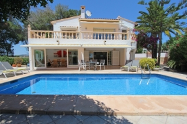 Villa en Moraira, en la Costa Blanca, España con piscina privada para 6 personas. La villa está situada en una zona residencial, cerca de restaurantes y bares, tiendas y supermercados y a 500 m de la playa de Playa Ampolla. La villa tie, Moraira