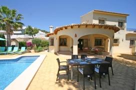 Villa maravillosa y confortable con piscina privada en Moraira, en la Costa Blanca, España para 8 personas. La villa está situada en una zona residencial y a 1 km de la playa de Moraira. La villa tiene 4 dormitorios y 2 cuartos de ba&nt, Moraira