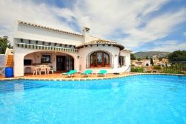 Villa con piscina privada en Moraira, en la Costa Blanca, España para 6 personas. La villa está situada en una zona residencial, cerca de restaurantes y bares con un club de tenis público con 5 pistas de tenis, un pequeño centro c, Moraira