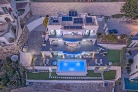 Villa bastante espaciosa, moderna y de lujo con piscina privada en Moraira , a solo 3 km de la playa y del Club de Golf, en la Costa Blanca, España para 8 personas. La villa está ubicada en la exclusiva población de Moraira, Costa Blan, Moraira