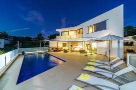 Villa preciosa y confortable en Moraira, en la Costa Blanca, España con piscina privada para 8 personas. La villa está situada en una zona playera, a 3 km de la playa de Playa de Moraira y a 0,5 km de Cala Baladrar. La villa tiene 4 dormito, Moraira