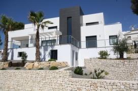 Villa grande y confortable  con piscina privada en Moraira, en la Costa Blanca, España para 6 personas.  La villa está situada  en una  zona residencial, cerca de restaurantes y bares y una pista de tenis,  a 3 km de la playa de Ampolla y  , Moraira