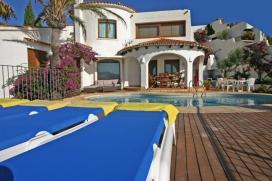 Villa rústica y acogedora en Moraira, en la Costa Blanca, España  con piscina privada para 7 personas.  La villa está situada  en una  zona residencial y montañosa y  a 1 km de la playa de EL PORTET.  La villa tiene 3 dormitorios , Moraira