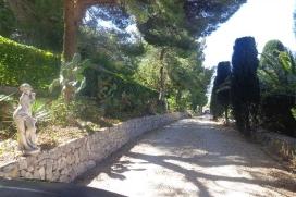 Villa merveilleuse et de luxe avec piscine privée à Altea, sur la Costa Blanca, Espagne pour 6 personnes. La villa est située dans une région côtière, boisée et montagneuse, près de restaurants et bars, de magasins et de supermarchés et à 1 km de la plage de ALTEA. La villa a 3 chambres à coucher, 3 salles de bain et 1 toilette pour les invités, réparties sur 2 étages. Le logement offre beaucoup d'intimité, un jardin merveilleux avec gravier et d´arbres, une grande piscine merveilleuse et une vue merveilleuse sur la baie, sur mer, sur la vallée, sur la campagne, sur la montagne et sur la ville. Le comfort et le voisinage de la plage, d'endroits pour faire du shopping et d'endroits pour sortir rendent cette villa un logement excellent pour passer vos vacances avec votre famille ou vos amis. Intérieur de la villa, Altea