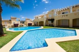 Appartement de vacances à Denia, La Sella, Costa Blanca, Espagne, pour un maximum de 4-5 personnes. Nous offrons un total de six appartements similaires dans ce beau complexe tranquille. Quatre appartements au rez-de- chaussée et deux au premier étage. Le complexe est situé directement sur le terrain de golf de La Sella, et possède un grand jardin avec pelouse et palmiers, et une belle piscine pour nager et bronzer. Ce quartier résidentiel privilégié de La Sella est situé à environ 15 minutes en voiture du centre de Denia et de la longue plage de sable de Las Marinas, mais il ya aussi dans la zone résidentielle un supermarché, une pharmacie, des courts de tennis et un restaurant. Le club de golf et le spa Hôtel Marriott La Sella peuvent être atteints en 5 minutes, et moyennant paiement vous aurez accès à l'espace spa avec piscine intérieure, sauna, jacuzzi, gymnase et beaucoup plus. Les appartements sont très bien équipés et appropriés, et certains d'entre eux permettent un accès direct à la piscine (à travers la terrasse couverte) ou à la grande terrasse surplombant la piscine et le jardin. Deux appartements ont été équipés avec un accès Internet, les autres peuvent disposer d'Internet sur demande. La disposition des appartements est également idéale pour les groupes ou pour plusieurs familles souhaitant passer leurs vacances ensemble, sans devoir renoncer à leur privacité. Il peut y avoir deux, trois ou plusieurs appartements loués conjointement, dans ce cas consultez votre agent de réservation pour un prix spécial. Passez vos vacances dans une atmosphère calme et détendue.<em>Appartement Pinares Raquel: </em>, Denia