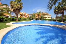 Maison de vacancesde 3 étages à Denia sur la Costa Blanca, Espagne, pour maximum 8 personnes.Maison très moderne, idéale pour les familles avec enfants, et à seulement 150 mètres de la plage de sable, à laquelle vous pouvez accéder en quelques minutes à pied. Sur le court chemin de la plage se trouve une grand terrain de jeux. La maison dispose d'une terrasse privée avec accèsà lapiscine et le jardin communautaires. Le centre-ville de Dénia se trouve à moins de 5 minutes en voiture. A proximité se trouvent plusieurs restaurants, bars et un supermarché., Denia