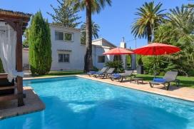 Belle villa comfortable à Denia, Costa Blanca, Espagne pour un maximum de 8 personnes avec piscine privée.Cette villa est située dans une région balnéaire, rurale et boisée, près de restaurants et bars et à 500 m de la plage de Las Marinas et offre beaucoup d'intimité et un jardin avec gazon, terre battue et d´arbres.La tranquillité, le comfort et le voisinage de la plage, d'endroits pour faire du shopping, d'endroits pour sortir et d'installations sportives et lieux de divertissement rendent cette villa un logement idéal pour passer vos vacances avec votre famille ou vos amis et même vos animaux domestiques.Intérieur, Denia