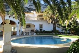 Villa spacieuse et confortable à Denia, Costa Blanca, Espagne avec piscine privée pour un maximum de 6-8 personnes.Cette villa est située dans une zone urbaine, avec des collines, à 3 km de la plage, le port et la mer, la maison offre une intimité et un jardin avec de l'herbe, le gravier et les arbres, y compris beaucoup de palmiers, a également plusieurs aires de repos à l'extérieur de la maison ainsi qu 'un barbecue pour profiter de repas à l'extérieur.Le confort, la proximité de la plage et lieux de shopping fait de cette ville un endroit parfait pour passer vos vacances avec la famille, les amis et même vos animaux de compagnie.Intérieur, Denia