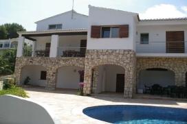 Trés belle maison dans la region de Jávea, pour 14 personnes avec vue sur la mer. Cette grande villa récente est mélange entre le moderne et le rustique réalisé avec goût comme les quelques mûrs laissés en, Javea