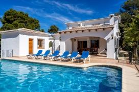 Maison avec piscine privée de vacance à louer pour vos sèjours sur la Costa Blanca, Espagne pour le maximum de 6 personnes. Maison située dans une zone résidentielle et boisée de Javea sur le plateau de Cabo la Nao. Composée de 2 étages., Javea