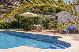"""Villa avec piscine privée à Javea, Costa Blanca pour un maximum de 4 personnes. Villa avec vue imprenable sur la montagne Montgo """"de Javea, la vallée et ses environs, située dans un quartier résidentiel tranquille. Uniquement le rez de chaussée est loué. L'autre partie de la maison est inhabitéestcher pendant la période de location.Ce logement est loué seulement à une famille à la fois, mais le loyer dépend du nombre d´habitants. Voilà pourquoi ce logement est annoncé doublement avec quantités différentes d´habitants et de prix., Javea"""