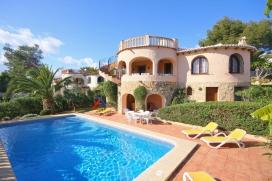 Maison avec piscine privée de vacance à louer pour vos sèjours sur la Costa Blanca, Espagne pour le maximum de 6 personnes. Belle villa située a Javea, dans une zone résidentielle et boisée, elle offre intimité et composée de 2 étages indépendants., Javea