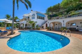 Maison des vacances à louer pour vos sèjours sur la Costa Blanca, Espagne pour le maximum de 4 personnes.Située dans une zone boisée de Javea, avec merveilleuse vue sur la vallée et la montagne Montgó. La maison dispose d'une belle decoration et d'une terrasse vitrifier avec une vue fantastique sur la vallée. Il y a aussi une terrasse couvert près de la piscine. Idéal pour manger dehors en été. L'étage inférieur restera fermée., Javea