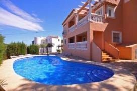 Grande villa confortable à Javea, sur la Costa Blanca, Espagne  avec piscine privée pour 8 personnes.  La villa est située  dans une  région résidentielle et  à 3 km de la plage de El Arenal.  La villa a 4 chambres à coucher et 5 salles de bain, réparties sur 2 étages.  Le logement offre une belle piscine et  une vue  sur la vallée et sur la montagne.  Le comfort et le voisinage de la plage, d'endroits pour faire du shopping et d'endroits pour sortir rendent cette villa un logement convenable pour passer vos vacances avec votre famille ou vos amis et même vos animaux domestiques. Intérieur de la villa, Javea