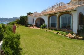 Villa charmante et intime avec piscine privée à Javea, sur la Costa Blanca, Espagne pour 9 personnes. La villa est située dans une région balnéaire et résidentielle, près de restaurants et bars, de magasins et de supermarchés et à 25 m de la plage de Montañar. La villa a 5 chambres à coucher et 4 salles de bain. Le logement offre de l'intimité, un beau jardin avec pelouse et d´arbres et une vue merveilleuse sur la baie, sur la plage, sur mer et sur la montagne. Le comfort et le voisinage de la plage, d'endroits pour faire du shopping et d'endroits pour sortir rendent cette villa un logement convenable pour passer vos vacances avec votre famille ou vos amis.Intérieur de la villa, Javea