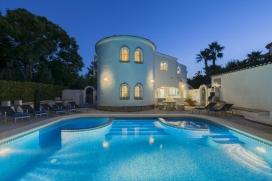 Maison de vacances pour 10 personnes à Javea, Costa Blanca, Espagne. Cette belle villa est située dans la zone de Javea Porticholl. La villa est idéalement équipée pour passer des vacances reposantes en famille et entre amis. La maison est située sur un grand terrain et offre beaucoup de paix et de vie privée, et se compose de deux étages reliés par un escalier intérieur, chaque étage étant également disponible indépendemment. La grande piscine privée est également idéale pour les enfants du à ce qu'une partie est peu profonde, et elle offre des fontaines d'eau qui peuvent s'activer manuellement. Les chaises longues et le mobilier de jardin vous invitent à vous relaxer près de la piscine. Un barbecue en brique a permet les grills en plein air et les dîners au frais. Pour le divertissement il y a une table de ping-pong et un panier de basket, et en plus accès à Internet (WIFI) dans la maison. Il y a climatisation dans toutes les chambres et le salón et le chauffage central est disponible pour les saisons les plus fraîches. Le grand jacuzzi de la terrasse du haut est la vedette, et il est accessible par l'escalier de l'étage plus bas et par l'escalier des chambres. Nous pensons que l'étage du bas est apte pour les personnes handicapées car il est possible d'entrer la voiture jusqu'à l'entrée arrière, et les chambres ainsi que la terrasse de la piscine sont dès lors sur un étage (les usagers de chaise roulante devront, néanmoins, préalablement consulter l'agent de réservations, pour s'informer sur l'ensemble des portes)., Javea