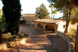 Grande villa de luxe à Moraira, Costa Blanca, Espagne avec piscine privée, pour un maximum de 8 personnes.Cette villa est située dans une région balnéaire, collineuse et boisée, près de restaurants et bars et à 3 km de la plage de MORAIRA. Le logement offre beaucoup d'intimité, un jardin avec gravier et d´arbres et une vue merveilleuse sur la baie, sur mer, sur la vallée et sur la montagne.La tranquillité, le comfort et le voisinage de la plage, d'endroits pour faire du shopping et d'endroits pour sortir rendent cette villa un logement excellent pour passer vos vacances avec votre famille ou vos amis et même vos animaux domestiques.Intérieur, Moraira