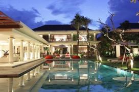 La paisible Villa Dewi Sri est une villa de luxe balinaise de quatre chambres avec piscine, le long des champs de riz à seulement un kilomètre de la plage sauvage près de Canggu Berawa. Elle est à seulement 20 minutes des commerces et restaurantsde renommée internationale de Seminyak, sur la côte sud-ouest de Bali. Villa Dewi Sri présente quatre chambres climatisées, des salles de bains, un salon important et une salle à manger ouverts sur le jardin, une salle familialeavec l'air conditionné et une cuisine entièrement équipée. Cette villa de vacances de deux étages offre toutel'architecture balinaise contemporaine complétée par un grand jardin avec une pelouse et une piscine de 17 x 5m. Les invités entrent dans la villa par un petit pont surplombant un bassin de nénuphars, à travers une longue allée respirantl'espace et la lumièregrâce àla toiture en pergola claire. Services et équipements, Canggu