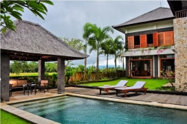 Villa    avec piscine privée, à Tabanan, Bali, Indonésie pour un maximum de 6 personnes.Cette villa est située  dans une  région balnéaire et rurale et  à 500 m de la plage de Pantai Tibah. Le logement offre de l'intimité, un jardin avec pelouse et d´arbres et  une belle vue  sur mer.La tranquillité et le voisinage de la plage rendent cette villa un logement convenable pour passer vos vacances avec votre famille ou vos amis.Intérieur, Tabanan