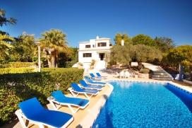 Villa charmante avec piscine privée à Albufeira, en Algarve, Portugal pour 8 personnes. La villa est située dans une région balnéaire, près de restaurants et bars et à 2 km de la plage de Praia da Gale. La villa a 4 chambres à coucher et 4 salles de bain, réparties sur 2 étages. Le logement offre de l'intimité, un beau jardin avec pelouse, gravier et d´arbres, une belle piscine et une belle vue sur la baie et sur le course golf. Le voisinage de la plage, d'endroits pour faire du shopping, d'activités sportives et d'endroits pour sortir rend cette villa un logement convenable pour passer vos vacances avec votre famille ou vos amis. Intérieur de la villa, Albufeira