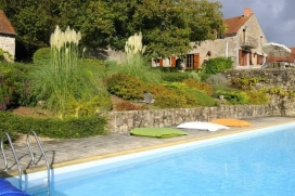 Great holidayhome, 16 people, large private heated pool, quiet, central France, Morvan natural park. Panoramic views of Lac du CrescentAt the heart of the Morvan natural park, in lush greenery and tranquility, &quot;The Domain of the halfMoon&quot; is aplace for an unforgettable holiday: big families with children, groups of friends arewelcome., Morvan