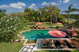 Large and luxury villa  with private pool in Umalas, Bali, Indonesia for 8 persons.  This resort accommodation is situated   in a resort accommodation wit,  in a  rural area, close to restaurants and bars and  at 3 km from batu belig, canggu beach.  This resort accommodation has 4 bedrooms and 2 bathrooms, spread over 2 levels.  The villa offers a lot of privacy, a wonderful lawned garden with trees, a large pool and  a beautiful view of  the sea.  Its comfort and the vicinity of the beach, places to shop and places to go out make this an ideal villa to celebrate your holidays with family or friends. Interior of the villa, Umalas
