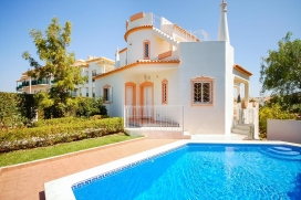 "Nice 6-pers. villa with private pool and pretty garden at a great location, only 700 meters from the beach ""Praia da Gale"" in Gale, 8 km from the center of Albufeira., Albufeira"