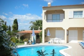 "Semi-detached house with 3 bedrooms, a swimming pool and a garden, located between São Rafael and Galé and at 1km distance from the beachSemi-detached houseSuitable for a maximum of 6 peopleLocated in Sesmarias Albufeira, between São Rafael and GaléAt 1 km from the beach ""Praia da Celha""Minimarket and café adjacent to the houseAt 50 from the restaurant D., Albufeira"