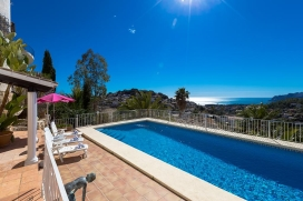 Beautiful and comfortable villa with private pool in Benissa, on the Costa Blanca, Spain for 12 persons. The villa is situated in a coastal, urban and mountainous area and at 3 km from El Baladrar beach. The villa has 5 bedrooms and 4 bathrooms, spre, Benissa