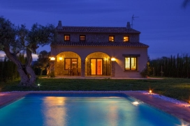 Villa in Benissa, Costa Blanca, Spain with private pool, for a maximum of 8 persons.The accommodation has a lawned garden with trees and a view of the mountains.Its comfort and the vicinity of places to go out make this a fine villa to celebrate your holidays with family or friends and even your pets.Interior, Benissa