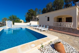 Beautiful and cheerful villa in Calpe, on the Costa Blanca, Spain  with private pool for 6/8 persons.  The villa is situated  in a  coastal area and  at 1 km from La FOSA beach.  The villa has 3 bedrooms, 2 bathrooms and 1 guest toilet.  The vicinity, Calpe