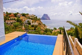 Lovely and comfortable villa  with private pool in Calpe, on the Costa Blanca, Spain for 8 persons.  The villa is situated  in a  wooded, urban and mountainous  beach area,  at 1 km from puerto blanco beach and  at 1 km from mediterraneo.  The villa , Calpe