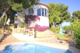 Wonderful and cheerful villa  with private pool in Javea, on the Costa Blanca, Spain for 8 persons.  The villa is situated  in a  coastal and residential area.  The villa has 4 bedrooms and 3 bathrooms, spread over 2 levels.  The accommodation offers, Javea