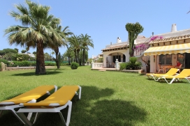 Holiday house  with communal pool in Moraira, on the Costa Blanca, Spain for 4 persons.  The house is situated   in one of the most besutiful holiday complexes with bar and restaurant,  in a  residential area, close to shops and 5 tennis courts and  , Moraira