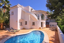 <em><u>LOVELY VILLA IN MORAIRA WITH PRIVATE SWIMMING POOL NEAR EL PORTET BEACH</u></em>This nice villa is situated in the charming town of Moraira (Costa Blanca) located approximately 1 km far away from El Portet sandy beach. The property is provided with a private swimming pool. There is a garden with a barbecue to enjoy in the warm summer evenings.Located in a beach area, the proximity of the beach , places to shop , places to go out and sports facilities makes this a fine villa to celebrate your holidays with family or friends.Inside, Moraira