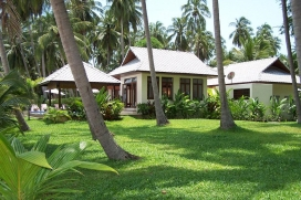 Beautiful and luxury villa in Laem Set, Koh Samui, Thailand with private pool, for a maximum of 6 persons.This villa is situated in a beach area. The accommodation has a lot of privacy, a lawned garden and wonderful views of the bay, the beach and the sea..Interior, Laem Set