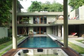 """In dieser luxuriösen Ferienvilla können Sie modernen Komfort und puren Luxus im Einklang mit dem typischen balinesischen Lebensstil, geniessen. Die private Villa liegt inmitten von Bambusfeldern und Bäumen, die eine sehr entspannte und gemütliche Atmosphäre vermitteln.Diese einmalige Villa bietet eine moderne Küche mit allen westlichen Annehmlichkeiten. Alle vier Schlafzimmer sind en-suite mit Badezimmern. Auf der grosszügigen Dachterrasse befinden sich verschiedene Sitzbereiche, wo Sie einen Cocktail oder auch Grillabende in tropischer Umgebung geniessen können.Das herrliche, moderne vier Schlafzimmer Ferienhaus, liegt etwas ausserhalb vom Dorf Canngu, nur wenige Autominuten von verschiedenen Geschäften, Restaurants und den belebten Stränden Bali's entfernt. Das hauseigene Auto mit Fahrer steht Ihnen zur Verfügung um Siein nur fünf Minuten zuEcho Beach, in weniger als zehn Minutenzumbekannten Canggu Club, oder in 15 Minuten zur bekannten """"Food Street"""" im trendigen Seminyak, zu bringen.Service und Einrichtungen, Canggu"""