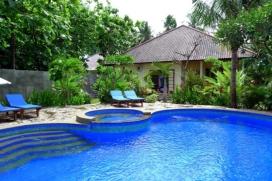 Villa in Lovina, Bali, Indonesien mit privatem Pool, für maximal 6 Personen.Diese Villa liegt in der Nähe von Geschäften und etwa 2 Km entfernt vom Strand von Lovina. Die Unterkunft bietet einen Garten mit Rasen und Bäumen.Die Bequemlichkeit und die Nähe von dem Strand, Einkaufsmöglichkeiten und Orten zum Ausgehen machen dies zu einer geeigneten Villa um Ihre Ferien zu verbringen mit Familie und Freunden.Innen, Lovina