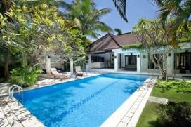 Grosse und komfortable Villa  mit privatem Pool in Seminyak, auf Bali, Indonesien für 6 Personen.  Die Villa liegt  in einer  residentiellen Umgebung, in der Nähe von Restaurants und Bars, Geschäften und Supermärkten und  etwa 1 Km entfernt vom Strand von KuDeTa Beach.  Die Villa hat 3 Schlafzimmer und 3 Badezimmer.  Die Unterkunft bietet Privatsphäre, einen schönen Garten mit Rasen und Bäumen und einen schönen Pool.  Die Bequemlichkeit und die Nähe vom Strand, Einkaufsmöglichkeiten und Orten zum Ausgehen machen dies zu einer geeigneten Villa um Ihre Ferien zu verbringen mit Familie und Freunden. Interieur der Villa, Seminyak