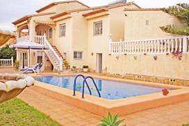 Villa mit privatem Pool, in Calpe, Costa Blanca, Spanien für maximal 4 Personen.Diese Villa liegt in einer residentiellen Umgebung, in der Nähe von Restaurants und Bars und Geschäften und etwa 1 Km entfernt vom Strand. Die Unterkünft bietet Privatsphäre und einen Garten mit Rasen, Kies und Bäumen.Die Nähe von dem Strand, Einkaufsmöglichkeiten und Orten zum Ausgehen macht dies zu einer geeigneten Villa um Ihre Ferien zu verbringen mit Familie oder Freunden und sogar Ihren Haustieren.NUR UNTEN IST ZU MIETEN. IM ERSTEN STOCK BLEIBT GESCHLOSSEN. DIE VILLA UND DER POOL IST KOMPLETT PRIVAT FÜR MIETERInnenInnen, Calpe