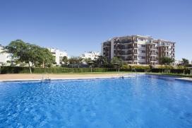 """Gepflegte Ferienwohnung in einer schönen Wohnanlage in Denia, El Vergel, für maximal 4 Personen.Das Appartement Denia Natura, liegt auf der dritten Etage einer sehr gepflegten Wohnanlage in El Vergel in der Nähe vom Strand Deveses, und ist mit dem Aufzug erreichbar. Die Wohnanlage Denia Natura II, bietet einen grossen, gemeinschaftlichen Pool mit Kinderbecken, Aussenduschen, sowie einen gemeinschaftlichen Tennisplatz (gratis Benutzung - Paddel !) und eine gepflegte Gartenanlage mit Rasen. Zum Appartement gehört ein Autostellplatz in der Tiefgarage. Der Sandstrand Les Deveses ist in nur 2 Autominuten oder in 10 Minuten zu Fuss zu erreichen. Verschiedene Geschäfte, Supermärkte, Restaurants und das Fitnesszentrum """"Tonus"""" (für jedermann mit Tageskarte benutzbar) sind in nur 5 Autominuten zu erreichen.Unser Ferienappartement ist gemütlich und komfortabel ausgestattet und bietet verschiedene Annehmlichkeiten, wie z.B. zentrale Klimaanlage (Kalt/Heiss, also auch ideal für kühlere Jahreszeiten) und WIFI Internetzugang. Eine überdachte Terrasse mit Essplatz und Ausblick auf die Berge und den Gemeinschaftspool sind ideal um im Freien zu Essen, bewegliche Markisen bieten immer ausreichend Schatten und Privatsphäre.Appartement Denia Natura II :, Denia"""